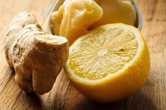 Raíz, miel y limón del jengibre en la tabla rústica de madera Fotografía de archivo
