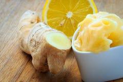 Raíz, miel y limón del jengibre en la tabla rústica de madera Fotografía de archivo libre de regalías
