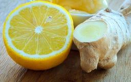 Raíz, miel y limón del jengibre en la tabla rústica de madera Foto de archivo