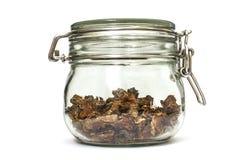 Raíz seca cortada del rosea de Rhodiola en un tarro de cristal en fondo blanco natural fotografía de archivo libre de regalías