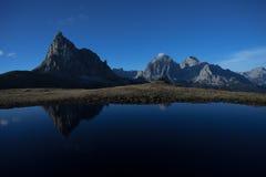 Ra Gusela reflekterar sig över lite den alpina sjön i Dolomites Arkivbilder