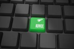Raad op zwart toetsenbord met groene sleutel Stock Foto