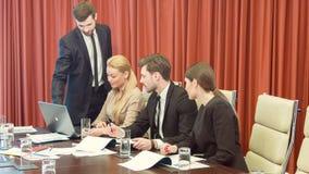 Raad van beheer van het bedrijf die hun strategieën bespreken stock footage