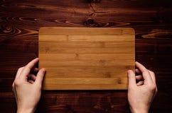 Raad van het het bamboeteken van de handgreep de lege op bruine uitstekende houten plank, hoogste mening Royalty-vrije Stock Fotografie