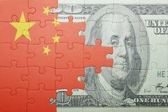 Raadsel met de nationale vlag van het bankbiljet van China en van de dollar Royalty-vrije Stock Foto