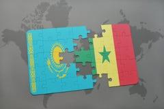 raadsel met de nationale vlag van Kazachstan en Senegal op een wereldkaart Stock Afbeeldingen