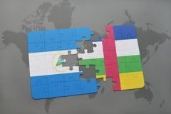 raadsel met de nationale vlag van Nicaragua en de Centraalafrikaanse Republiek op een wereldkaart Stock Afbeeldingen