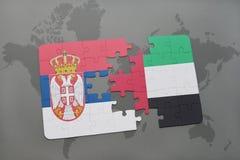 raadsel met de nationale vlag van Servië en verenigde Arabische emiraten op een wereldkaart Stock Afbeelding