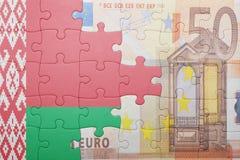 Raadsel met de nationale vlag van Witrussisch en euro bankbiljet stock foto