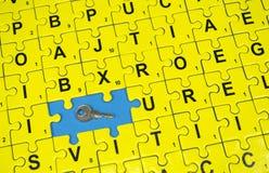 Raadselbrieven en sleutel Stock Foto