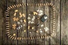 Raadselstukken, blokken, kubussen, blocnote, potlood en domino's Royalty-vrije Stock Afbeeldingen