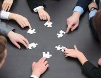 Raadselstukken in de handen van het commerciële team Stock Fotografie