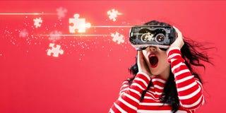 Raadselstukken met vrouw die een virtuele werkelijkheidshoofdtelefoon met behulp van Royalty-vrije Stock Fotografie