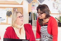Raadslid Karen Constantine en Raushan Ara-het werken Stock Foto's