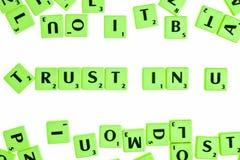 Raadsspel die tegels met brieven hebben om woorden en zinnen te vormen Royalty-vrije Stock Fotografie
