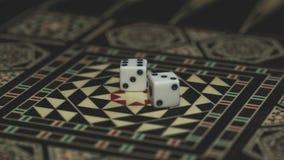 Raadsspel van backgammon, beenderen op de raad stock afbeelding