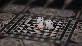 Raadsspel van backgammon, beenderen op de raad royalty-vrije stock foto's