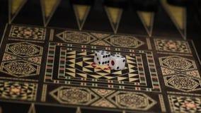 Raadsspel van backgammon, beenderen op de raad stock foto