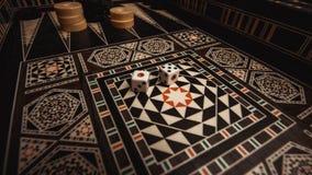 Raadsspel van backgammon, beenderen op de raad royalty-vrije stock afbeelding