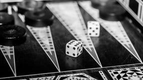 Raadsspel van backgammon, beenderen op de raad royalty-vrije stock foto