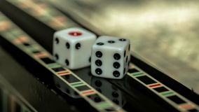 Raadsspel van backgammon, beenderen op de raad royalty-vrije stock fotografie