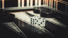Raadsspel van backgammon, beenderen op de raad stock fotografie
