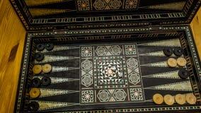 Raadsspel van backgammon, beenderen op de raad stock afbeeldingen