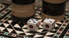 Raadsspel van backgammon, beenderen op de raad royalty-vrije stock afbeeldingen
