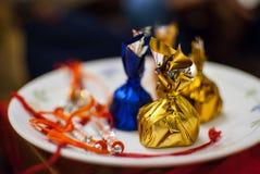 Raakhi med blandade choklader i en platta royaltyfria foton