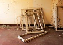 Raamkozijnen in oude en verlaten ruimte van de bouw Stock Afbeeldingen