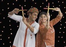 Raas d'esecuzione di Dandiya delle coppie su Navratri Fotografia Stock Libera da Diritti