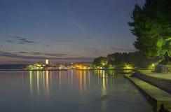 Rab市在夜之前 库存照片