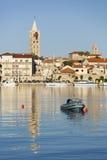 Rab-Stadtansicht mit einem Turm und einem kleinen Boot Lizenzfreies Stockfoto