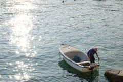 Rabac, Croatie, pêcheur plus âgé avec son bateau Photos stock