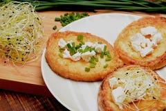 Rabanadas com queijo de cabras, o cebolinha fresco e os brotos Fotografia de Stock