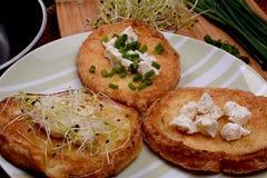 Rabanadas com queijo de cabras, o cebolinha fresco e os brotos Foto de Stock