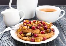 Rabanadas quentes com maçãs caramelizadas, e chá Fotografia de Stock Royalty Free
