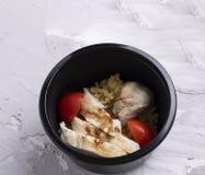 Rabanete cozinhado, quinoa, galinha com tomates de cereja, e cereais foto de stock royalty free