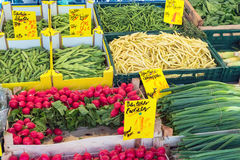 Rabanete, ervilhas e cebolinha em um mercado Fotografia de Stock Royalty Free