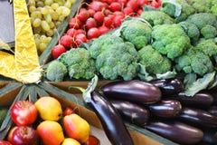 Rabanetes, couve, beringelas e uvas da colheita fotografia de stock royalty free