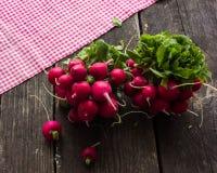 Rabanetes crus na tabela Fotografia de Stock
