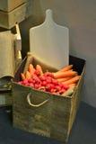 Rabanetes e cenouras em uma loja fotografia de stock royalty free