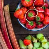 Rabarbaro e fragole crudi e freschi del taglio Fotografie Stock