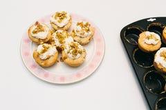 Rabarbarowe babeczki na talerzu i słodka bułeczka tacy Obrazy Stock