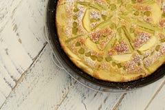 Rabarbarowy Jabłczany wanilia tort w Wypiekowym taca bielu tle zdjęcia royalty free