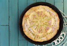 Rabarbarowy Jabłczany wanilia tort w Wypiekowym taca turkusu tle obraz royalty free