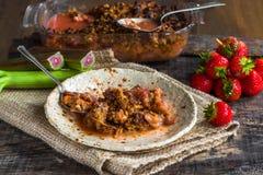 Rabarber- och jordgubbesmulpaj Royaltyfri Foto