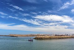 RABAT, MARROCOS O 9 DE ABRIL: Barcos de pesca pequenos no o atlântico imagens de stock