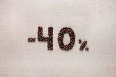 40% rabat od kawowych fasoli wyrównywać w centrum zdjęcia stock