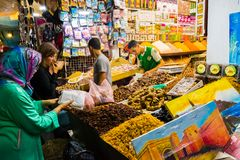 Rabat, Rabbat Sala Kenitra Province, Maroc - 04-10-2018 : Rue avec des souks et magasins avec la mosquée au crépuscule, Rabat, Ma photographie stock